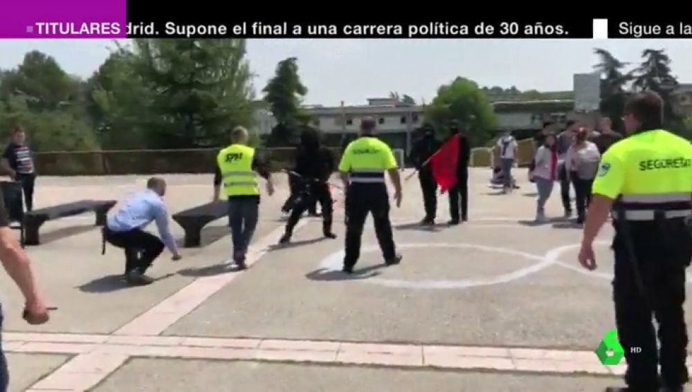 Les increparon y les golpearon con palos: las imágenes de la agresión a Societat Civil Catalana en la Autónoma de Barcelona
