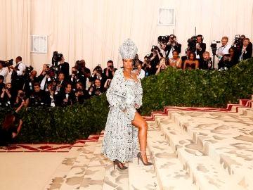Rihanna llega a la alfombra roja del Costume Institute Gala
