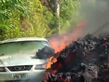 Los ríos de lava del volcán Kilauea arrasa un coche en Hawai