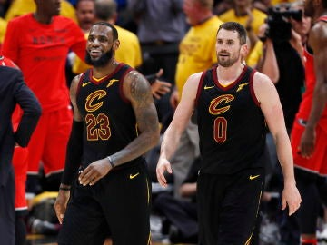 LeBron James sonríe junto a Kevin Love
