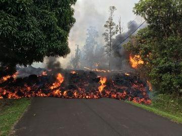 La lava recorriendo la Makamae Street, en el estado de Leilani, Hawái