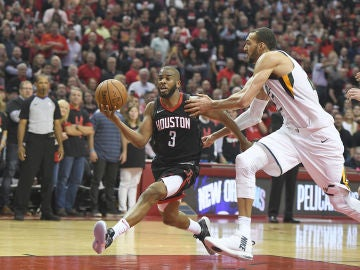 Chris Paul penetra a canasta ante los Jazz