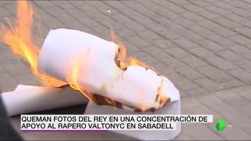 Queman fotos de Felipe VI en una concentración de apoyo al rapero Valtonyc en Sabadell