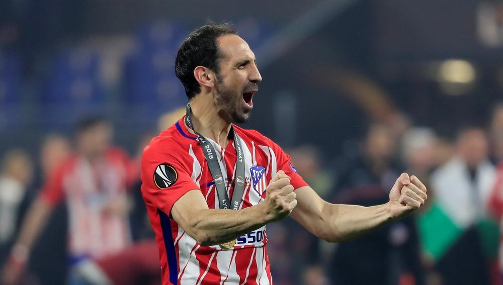 Juanfran celebra el título de la Europa League