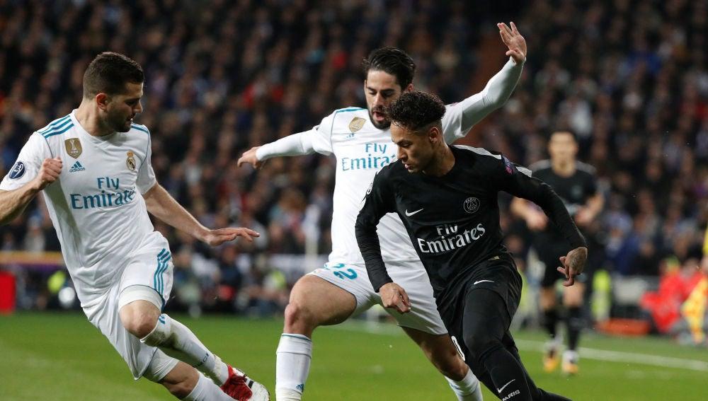 Neymar intenta zafarse de Isco y Nacho