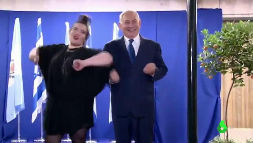 Netanyahu haciendo la gallina con Netta