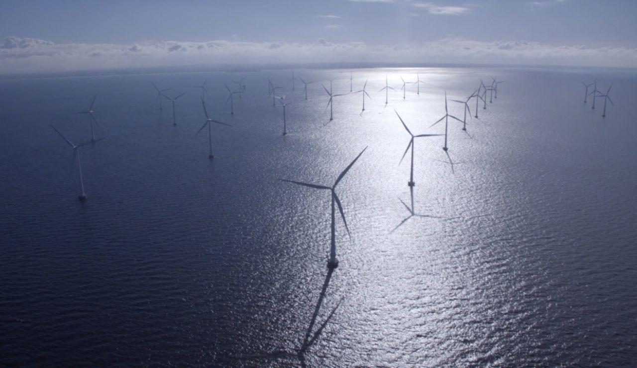 Molino de viento sobre el mar