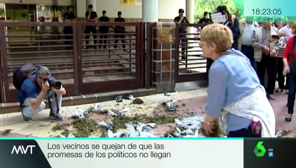 Protestas de los vecinos del Mar Menor frente a la Delegación del Gobierno