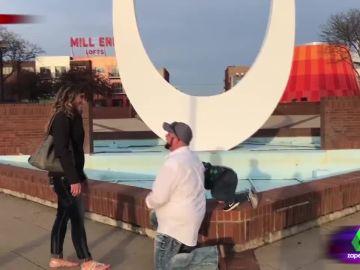 """El vídeo viral de un niño que """"revienta"""" la romántica pedida de mano de sus padres"""