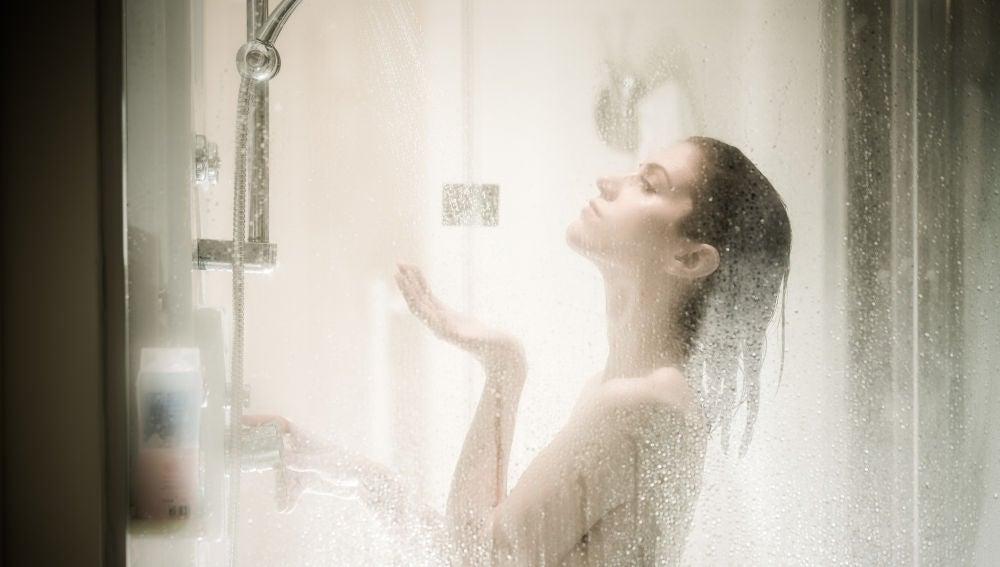 Mujer duchándose