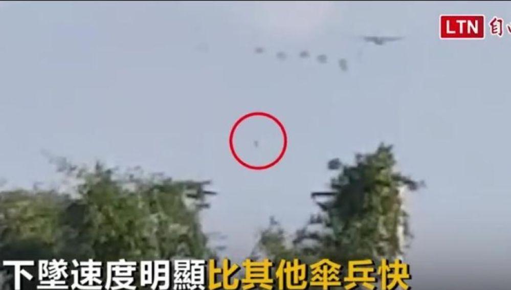Chin Liang-feng, un paracaidista de la Fuerza Aérea de Taiwán, ha logrado sobrevivir a una caída libre