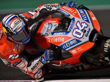 Andrea Dovizioso, subido en su Ducati