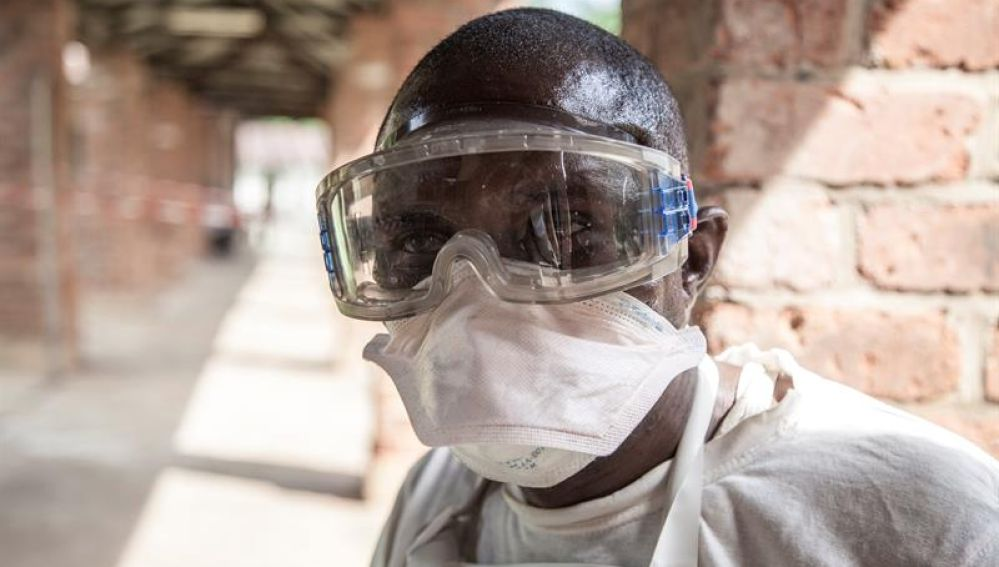 Un sanitario trabaja en la República Democrática del Congo