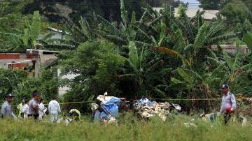 Policías y militares custodian los restos del avión Boeing-737