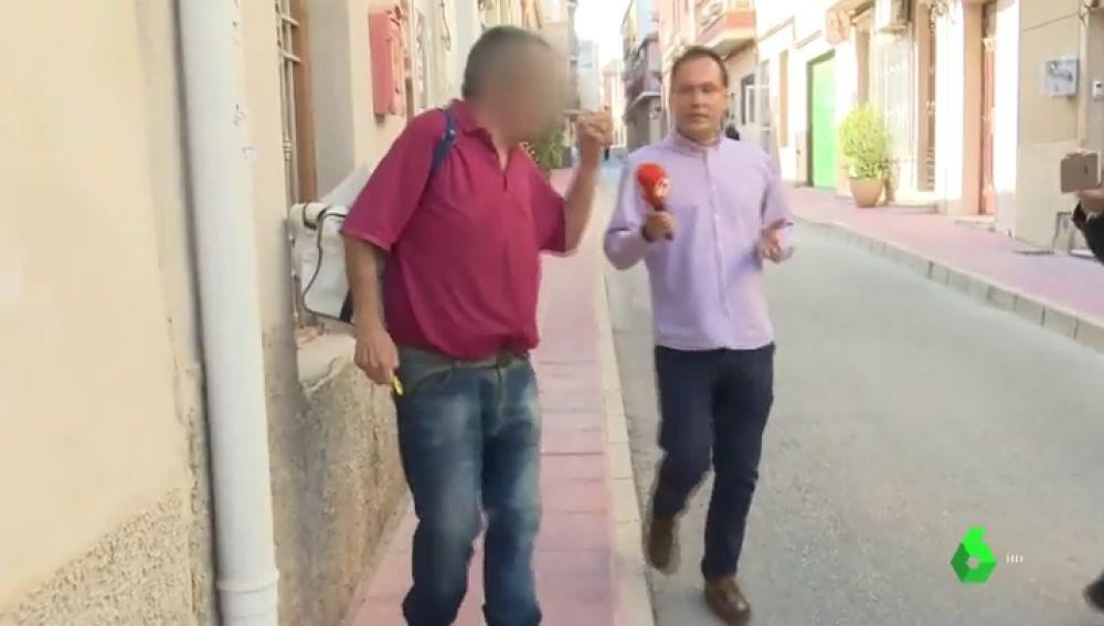 El acusado de retener a su mujer y a su hija durante diez meses en su casa arremete con agresividad contra la prensa