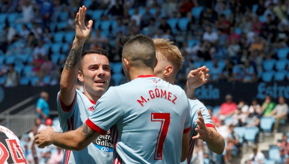 Aspas y Maxi Gómez celebran un gol