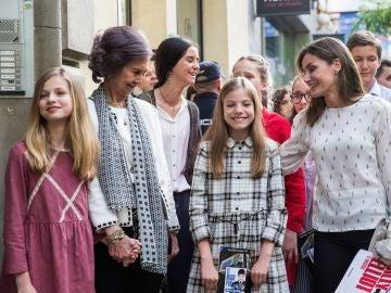 La reina Letizia, junto a doña Sofía, la princesa Leonor y la infanta Sofía