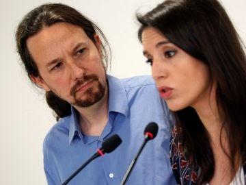El secretario general de Podemos, Pablo Iglesias, y la portavoz parlamentaria, Irene Montero