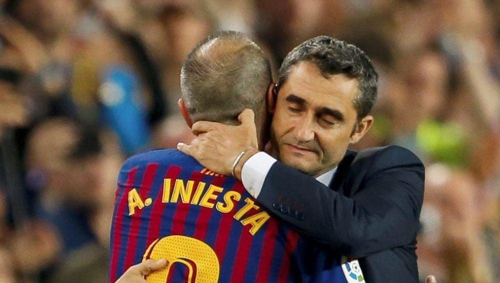 Valverde abraza a Iniesta