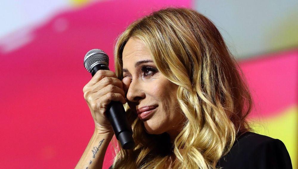 La cantante Marta Sánchez, se emociona tras cantar 'a capella' su versión del himno de España