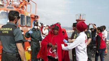 Llegada al puerto de Motril de 55 inmigrantes subsaharianos, entre ellos cinco mujeres y cinco menores
