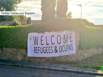 """Las juventudes de VOX cuelgan una pancarta en la nueva casa de Pablo Iglesias e Irene Montero: """"Bienvenidos refugiados y ocupas"""""""