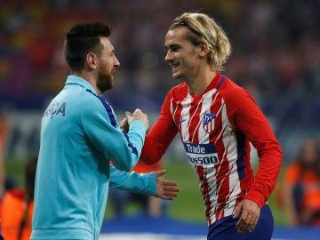 Messi y Griezmann se saludan antes de un partido