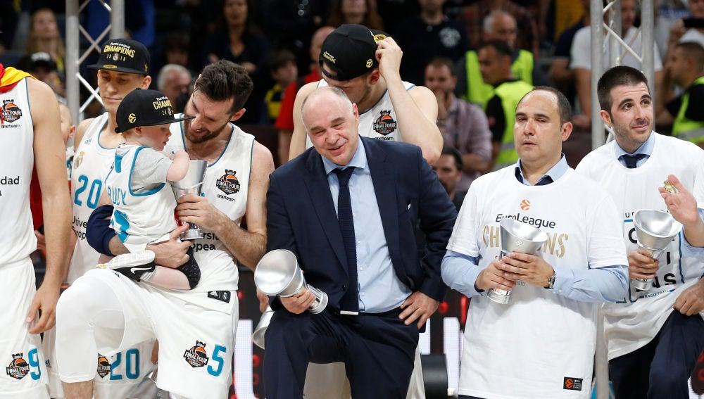Pablo Laso, junto a sus jugadores tras ganar la Euroliga
