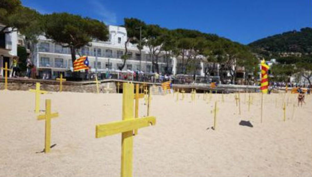 Las cruces amarillas en una playa de Girona genera enfrentamientos entre los bañistas