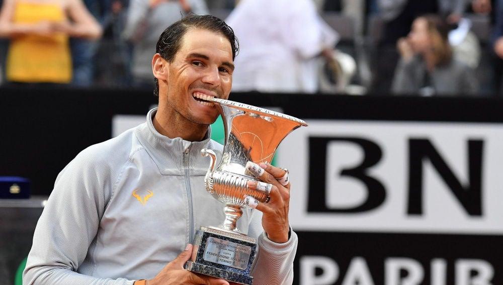 Rafa Nadal 'muerde' el trofeo de Roma