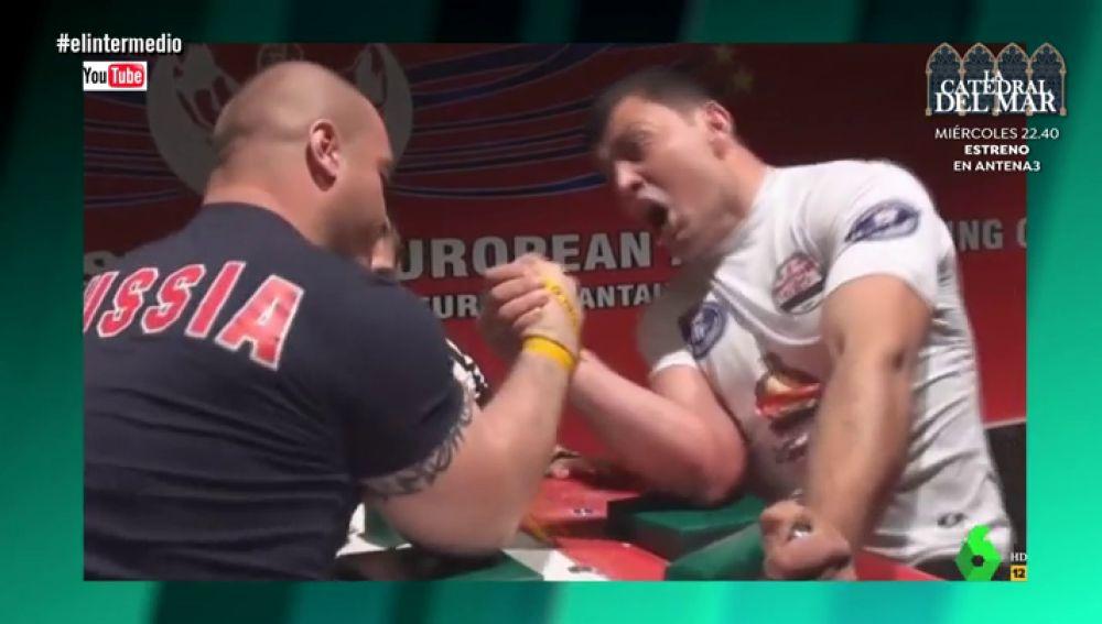 Dos hombres haciendo un pulso