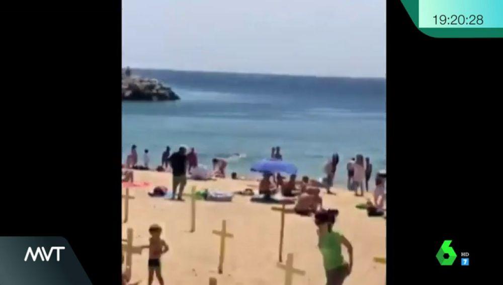 Playa de Canet de Mar con cruces amarillas