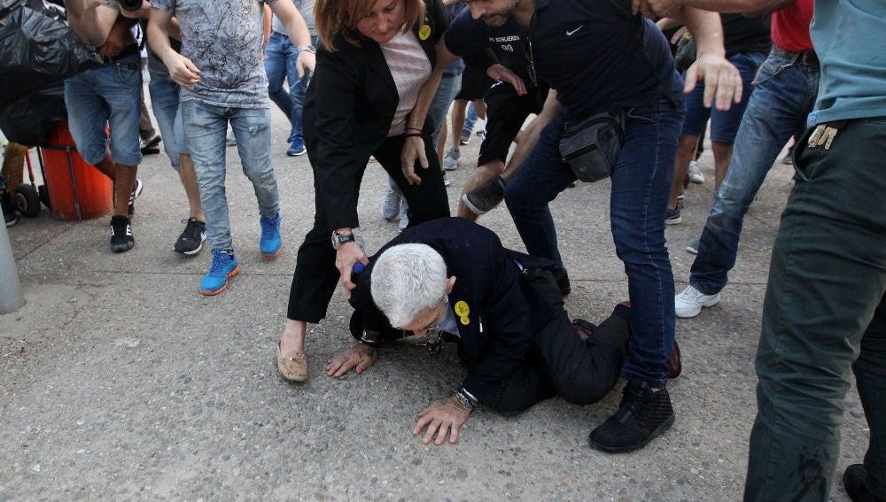 Momento del ataque derechista al alcalde de Salónica