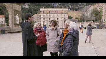 Las abuelas vivitan Montserrat y hablan con un monje en Bienvenidas al norte