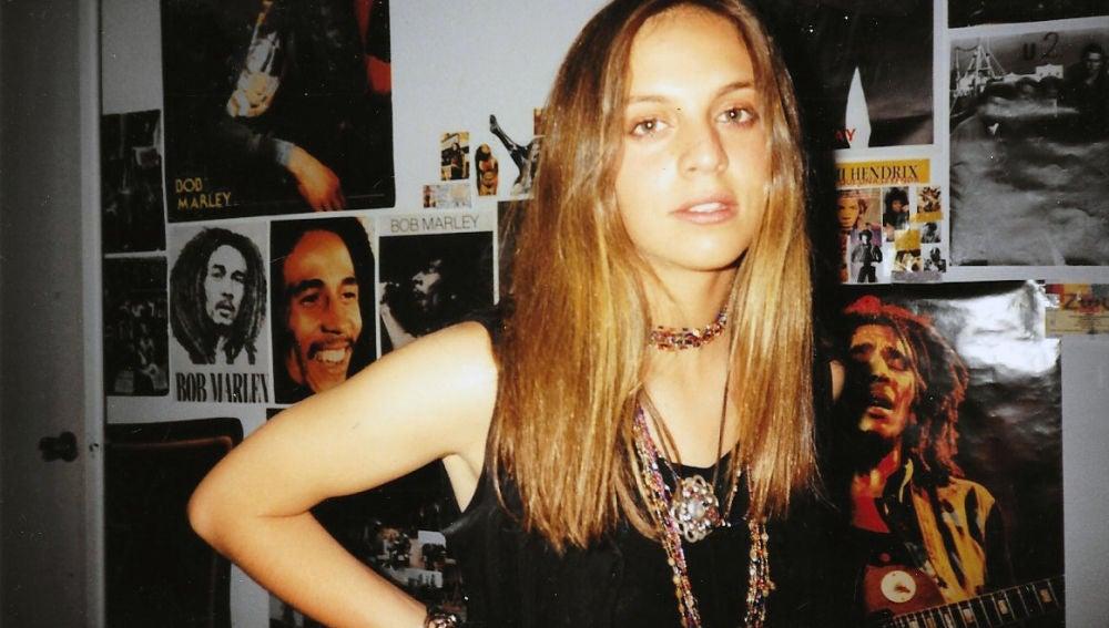 Beatriz Navas, delante de varios posters de Bob Marley