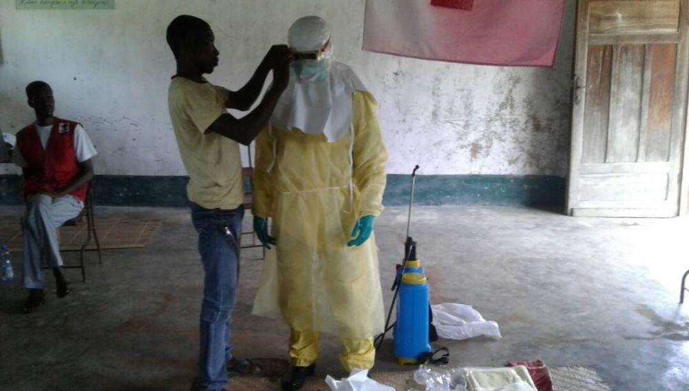 Trabajadores sanitarios con ropa de protección en Bikoro, el epicentro del último brote de ébola, en la República Democrática del Congo