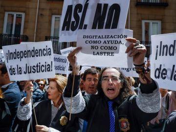 Concentración de jueces y fiscales frente a la sede del Ministerio de Justicia.