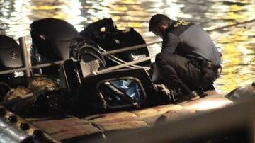 Momento en el que la embarcación remolcada llega al puerto de Ceuta