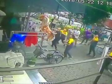 Un grupo de vecinos logran salvar a un niño que cayó al vacío desde un sexto piso en China