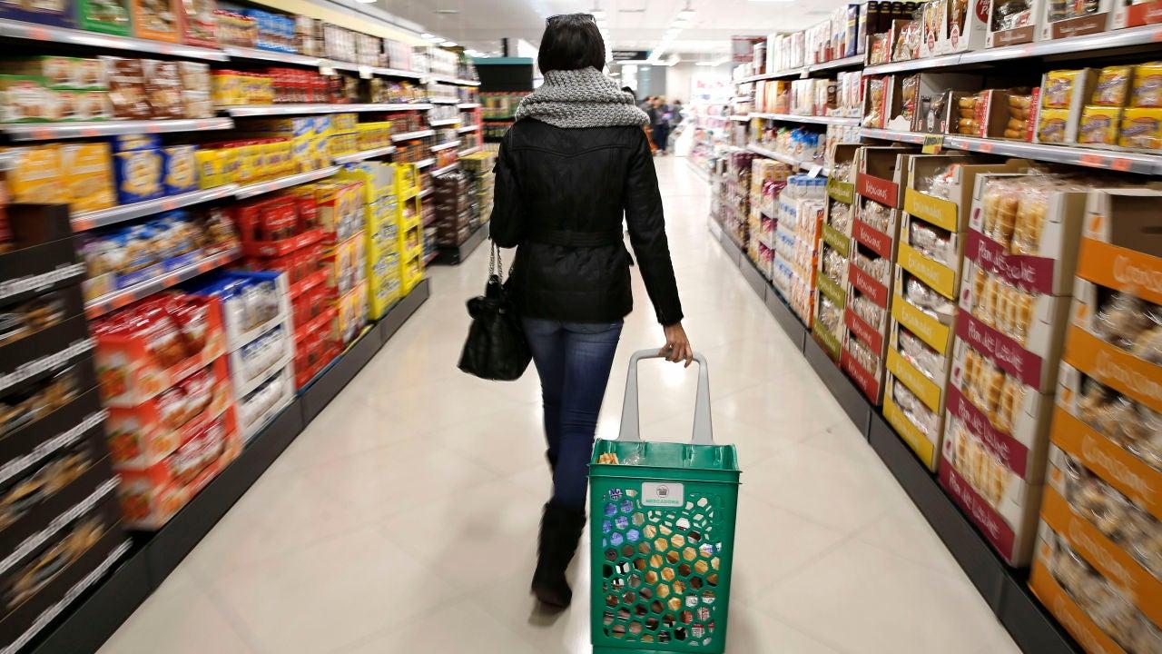 Imagen de archivo de la compra de alimentos en un supermercado.