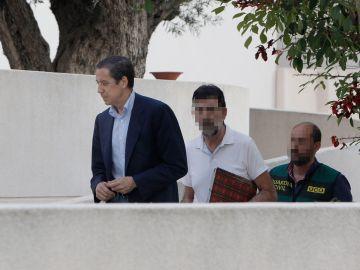 Eduardo Zaplana  a su llegada a su chalé de Benidorm (Alicante) acompañado por agentes de la UCO