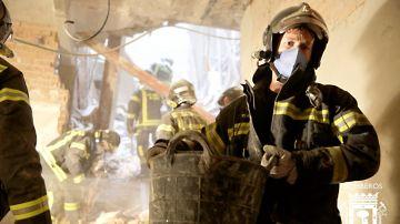 Los bomberos de Madrid siguen quitando escombros del interior del edificio