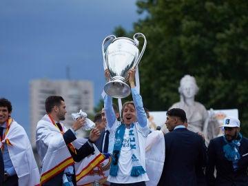 Luka Modric levanta el trofeo de la Champions