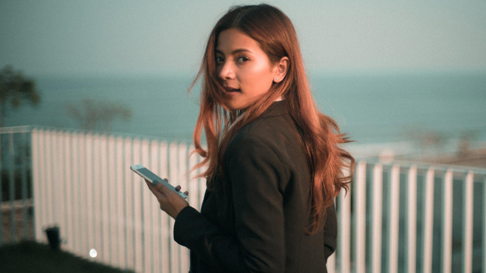 Las mujeres fingen que usan el teléfono mientras caminan con más frecuencia que los hombres.