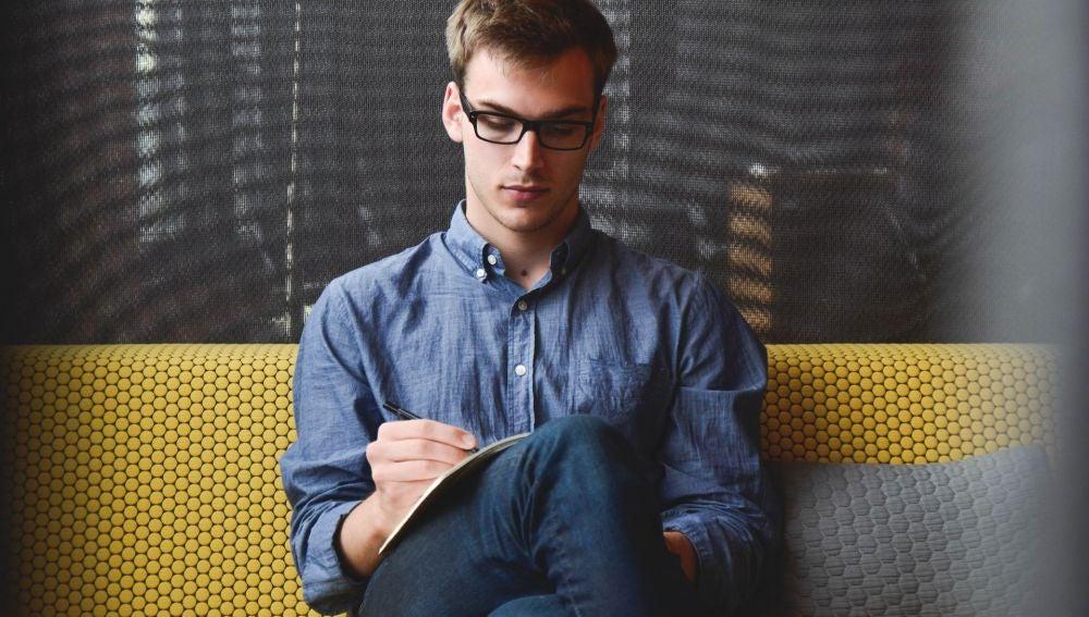 Un joven haciendo que trabaja