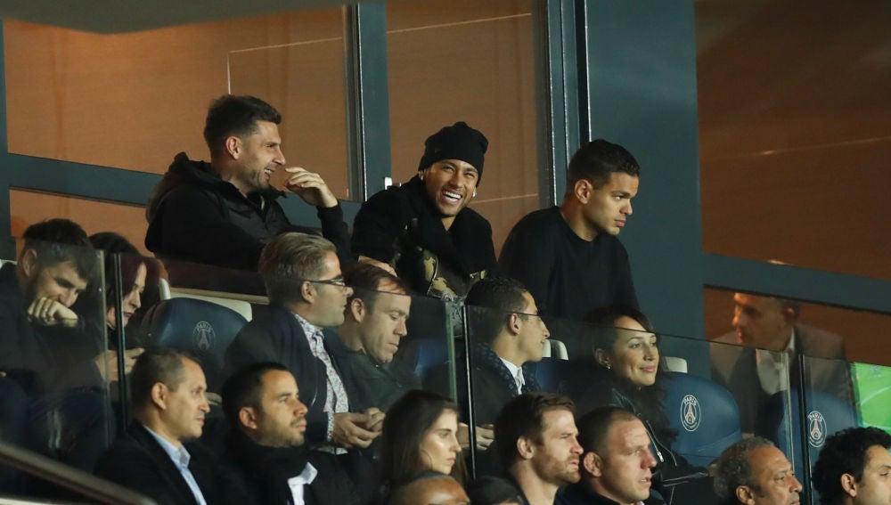 Motta, Neymar y Ben Arfa, en la grada durante un partido del PSG