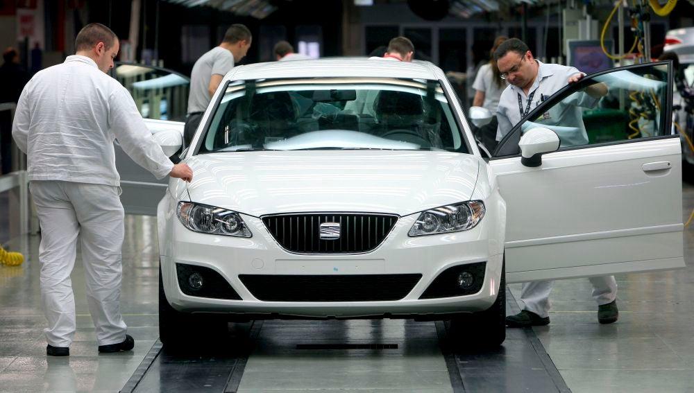 Varios operarios de la factoría automovilística Seat trabajan en la cadena de montaje.