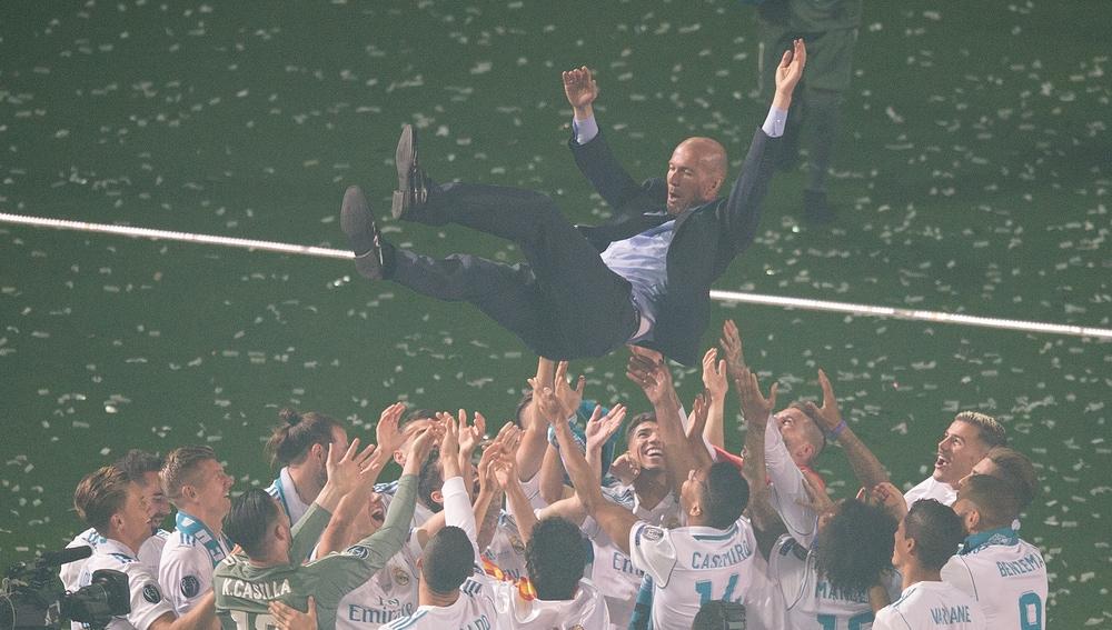 Zidane, manteado por sus jugadores