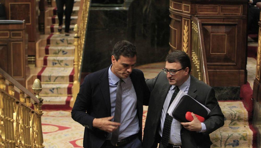 Aitor Esteban junto a Pedro Sánchez en el debate de la moción de censura