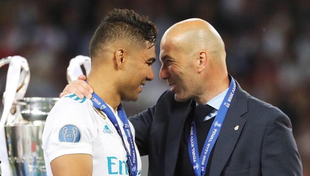 Casemiro y Zidane se saludan tras ganar la Champions
